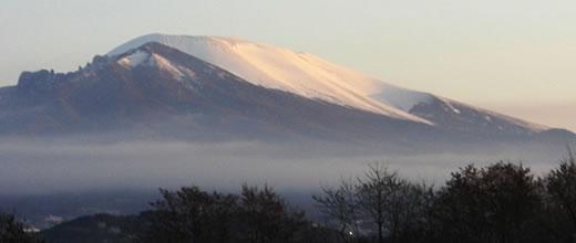 朝日を受ける浅間山(冬)